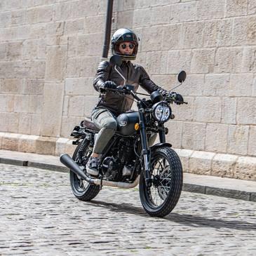 🔥 The new two-fifty Euro 5 🔥 📸: @florianmeuret  . . . #mash #mashine #bellhelmets #poweringyourpassion #bihr #ride #iponelube #mashattack #claracto #rst #leather #motorcycle #Beaune #frenchbrand #hospicesdebeaune