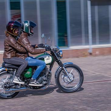 La 400 Five-Hundred, machine fiable au look so British ! 📸: @florianmeuret  . . . #iponelube #mash #mashmotorcycles #mashine #mashattack #bihr #bellhelmets #rst #fivehundred #green
