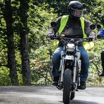 @alpes_aventure_motofestival c'est en ce moment même !  Les rides battent leur plein 🏔 Venez vite réserver votre essai 🚦 📸: @florianmeuret  . . . #alpesaventuremotofestival #barcelonette #mash #mashine #ride #mashattack #xride650 #ubaye #valeedelubaye #road #festival #motorcycle #fun #iponelube