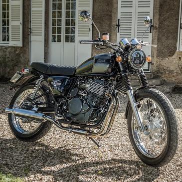 Dans votre jardin mais aussi sur la route , la SIX HUNDRED 650 CC,  est adaptée à tous les terrains !  #mash #mashine #style #ride #motorcycle