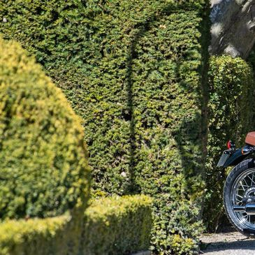 La gamme 650 s'agrandit avec la Six-Hudred qui sera disponible à l'automne 🙌🏻 📸: @florianmeuret  . . . #mash #mashine #sixhundred #mashattack #bentley #hostelleriedelevernois #levernois #golf #motorcycle #ride #bellhelmets #rstleathers #bellbullitt #iponelube  @iponelube  @bihr.poweringyourpassion  @rstmoto  @bellhelmets  @hostellerie_de_levernois